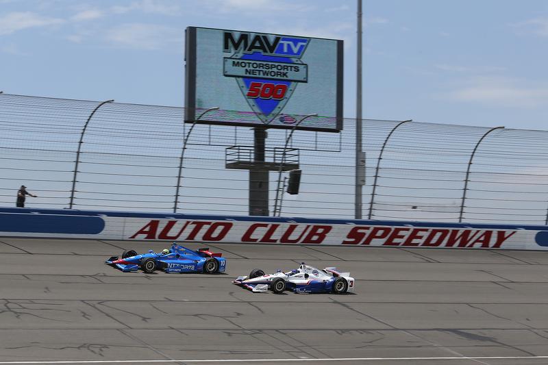 Tony Kanaan, Chip Ganassi Racing Chevrolet dan Helio Castroneves, Team Penske Chevrolet