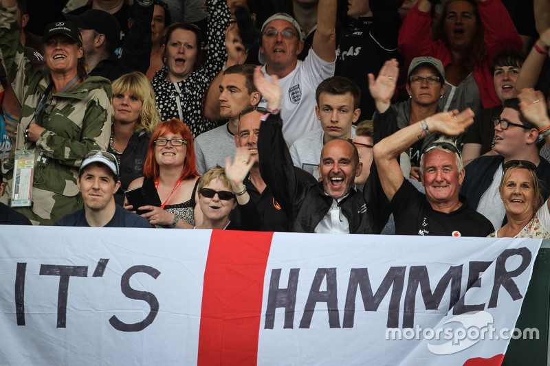 Lewis Hamilton, Mercedes AMG F1 fans and flag