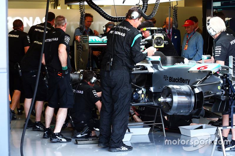 Der Mercedes AMG F1 W06 von Nico Rosberg, Mercedes AMG F1, wird in der Box bearbeitet