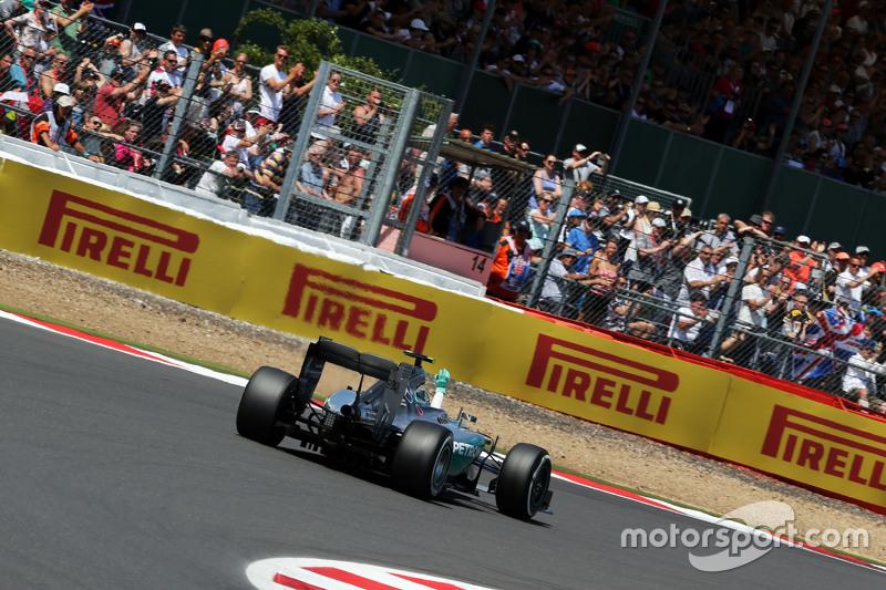 Ніко Росберг, Mercedes AMG F1 W06 махає до фанати at the end of qualifying