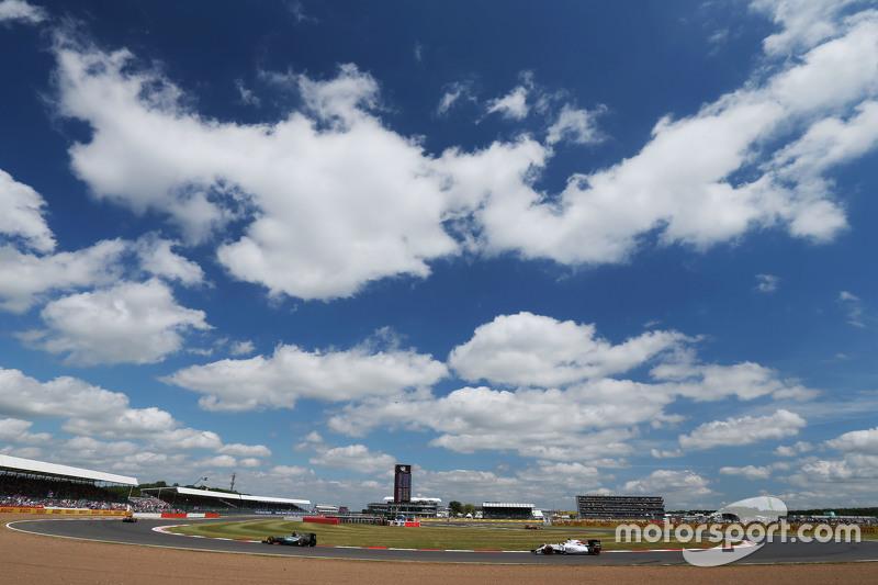 Nico Rosberg, Mercedes AMG F1 W06 memimpin Felipe Massa, Williams FW37