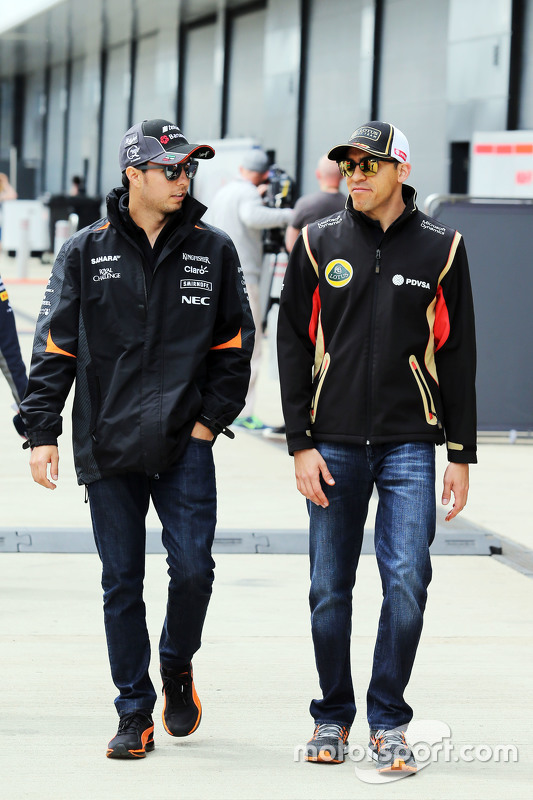 Sergio Perez, Sahara Force India F1 met Pastor Maldonado, Lotus F1 Team