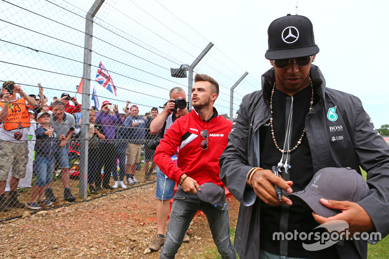 Lewis Hamilton, Mercedes AMG F1 and Will Stevens, Manor F1 Team with the fans