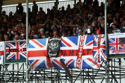 Fans mit Flaggen