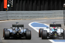Lewis Hamilton, Mercedes AMG F1 Team y Felipe Massa, Williams F1 Team en los pits