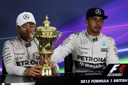 (L to R): Second placed Nico Rosberg, Mercedes AMG F1 with the trophy of race winner Lewis Hamilton, Mercedes AMG F1 in the FIA Press Conference.