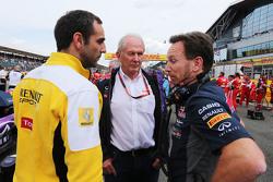 Сирил Абитебуль, управляющий директор Renault Sport F1, доктор Хельмут Марко, консультант Red Bull Motorsportи Кристиан Хорнер, руководитель команды Red Bull Racing на стартовой решетке