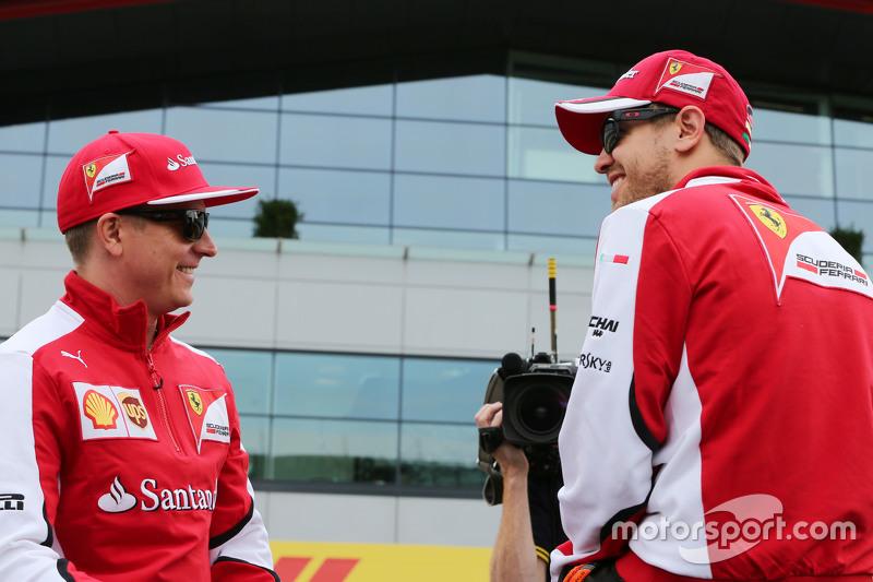 (da Sinistra a Destra): Kimi Raikkonen, Ferrari con Sebastian Vettel, Ferrari alla parata dei piloti