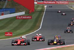 Кими Райкконен, Ferrari SF15-T и Даниил Квят, Red Bull Racing RB11 - борьба за позицию