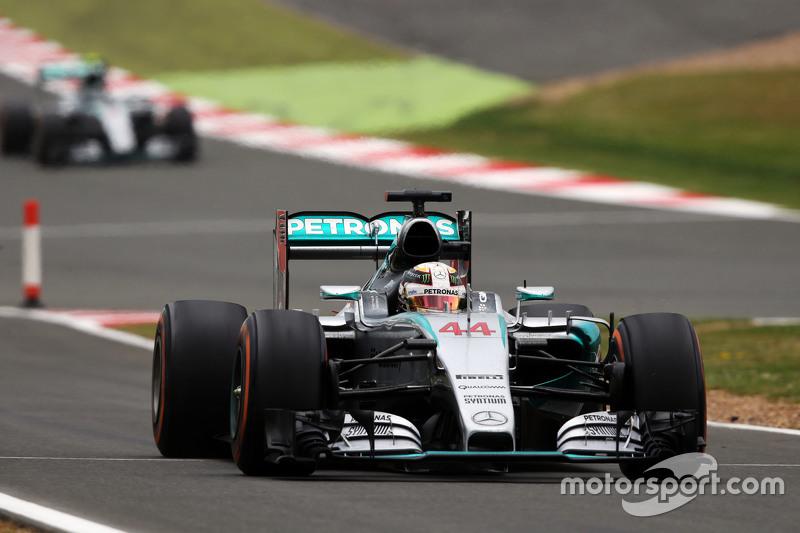 Lewis Hamilton, Mercedes AMG F1 W06 pits for intermediate tyres