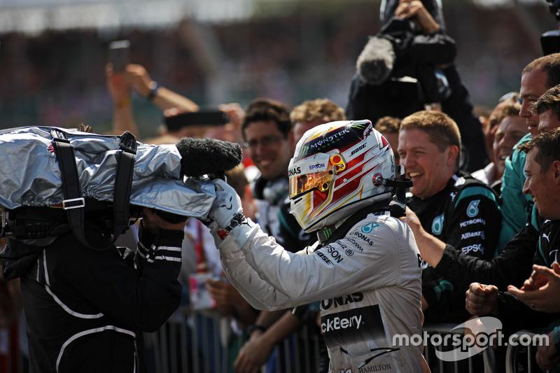 Il vincitore Lewis Hamilton, Mercedes AMG F1 festeggia con il team nel parco chiuso