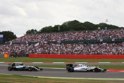 Valtteri Bottas, Williams FW37 davanti a Nico Rosberg, Mercedes AMG F1 W06