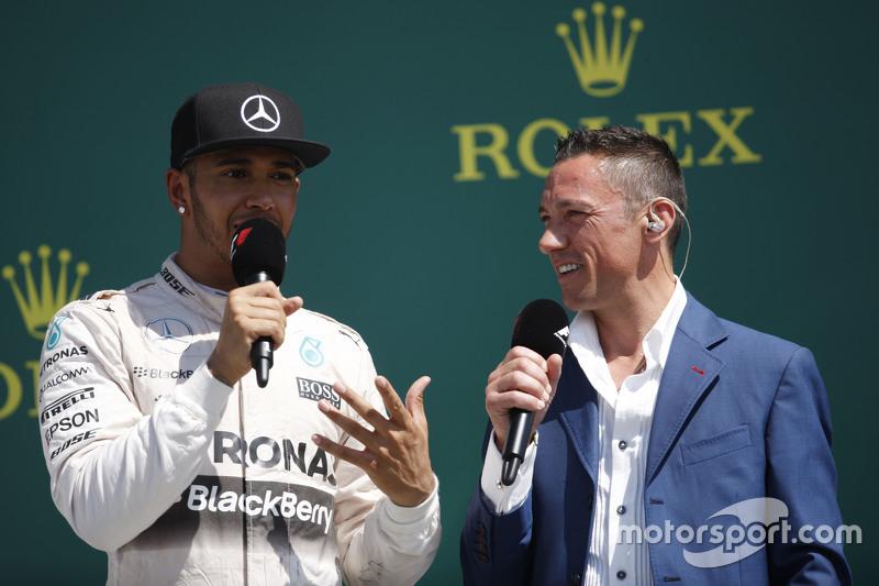 Podio: Vincitore Lewis Hamilton, Mercedes AMG F1 con Frank Dernie