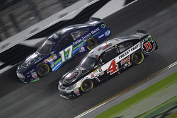 Ricky Stenhouse jr., Roush Fenway Racing, Ford, und Kevin Harvick, Stewart-Haas Racing, Chevrolet