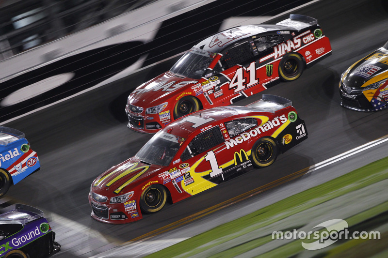 Kurt Busch, Stewart-Haas Racing Chevrolet, dan Jamie McMurray, Chip Ganassi Racing Chevrolet
