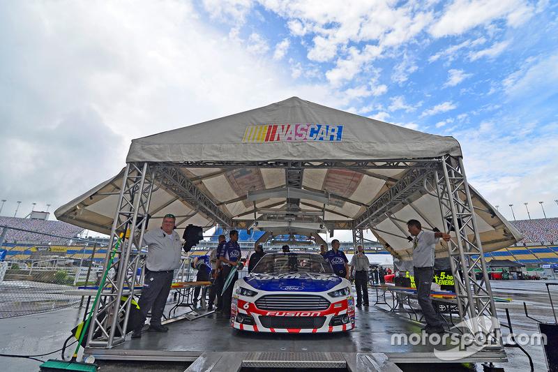 Trevor Bayne, Roush Fenway Racing Ford lolos inspeksi