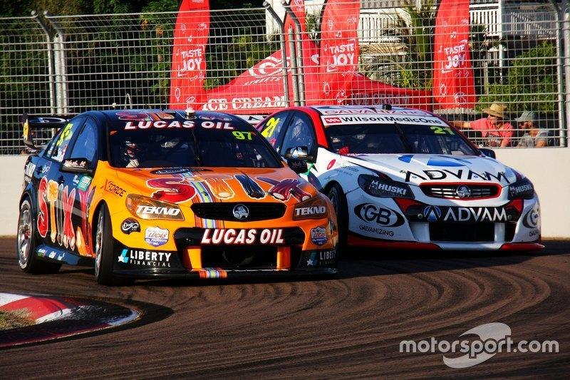 Shane van Gisbergen, Tekno Autosports Holden, dan Dale Wood, Brad Jones Racing Holden