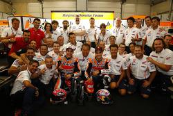 Marc Márquez y Dani Pedrosa con el Repsol Honda celebran su 1-2.