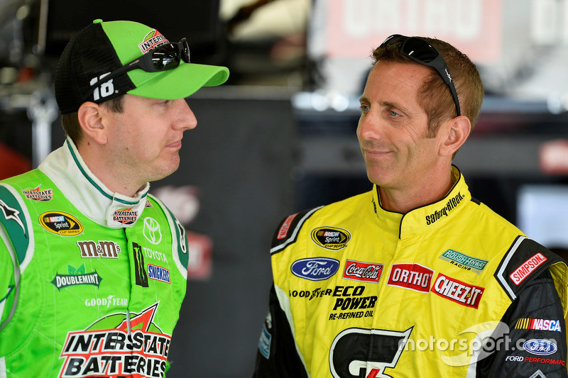 Kyle Busch, Joe Gibbs Racing Toyota and Greg Biffle, Roush Fenway Racing Ford