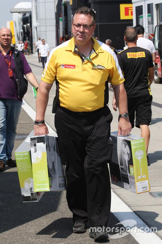 Seorang pegawai Renault F1 Sport membawa penggemar ekstra ke paddock