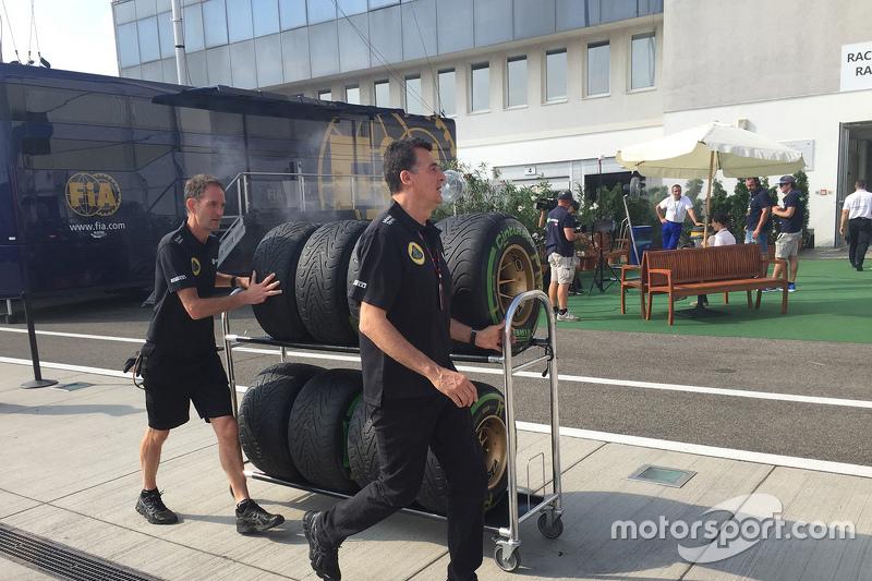 Lotus tyres прибуття в паддок