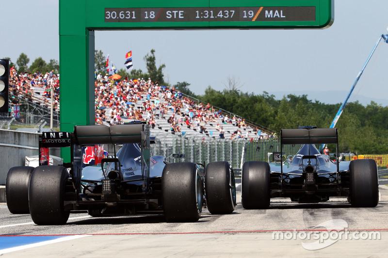 Nico Rosberg, Mercedes AMG F1 W06, dan Lewis Hamilton, Mercedes AMG F1 W06 di end of the pit lane
