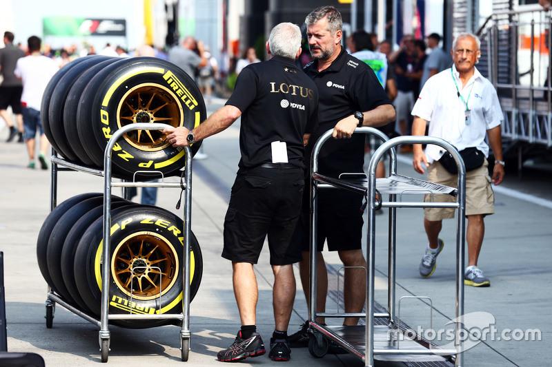 Lotus F1 Team механіки з Шини Pirelli