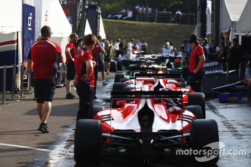 GP3 cars line up di paddock