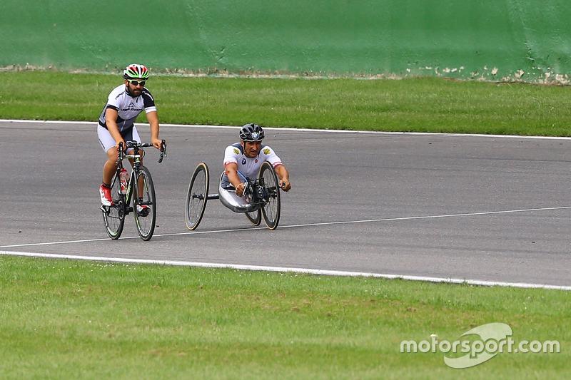 Timo Glock dan Alex Zanardi mengelilingi sirkuit