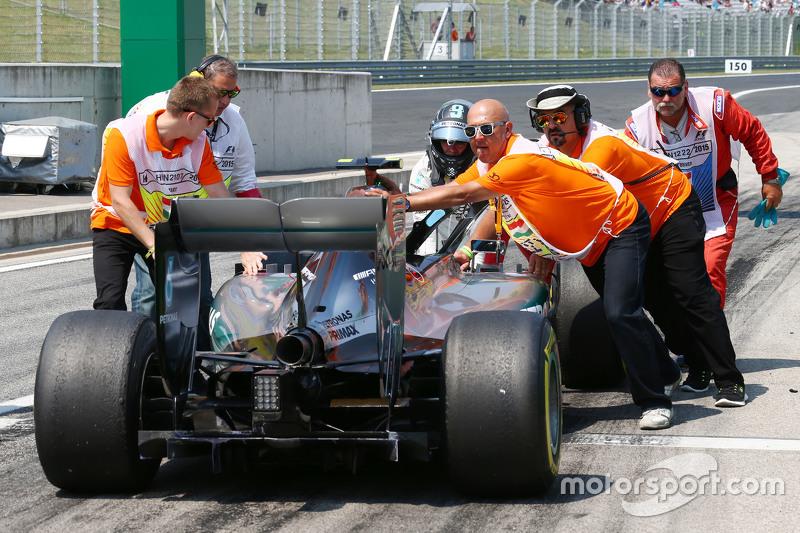 Ніко Росберг, Mercedes AMG F1 W06 зупиняється в кінці піт-лейну під час третьої практики