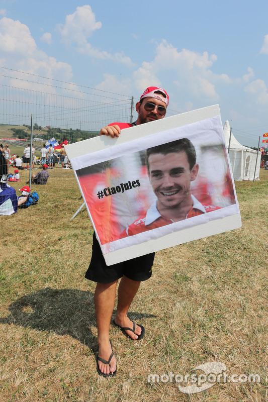 Fans met eerbetoon aan Jules Bianchi