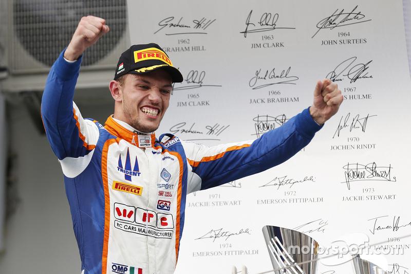 Juara balapan Luca Ghiotto, Trident merayakans his win di podium