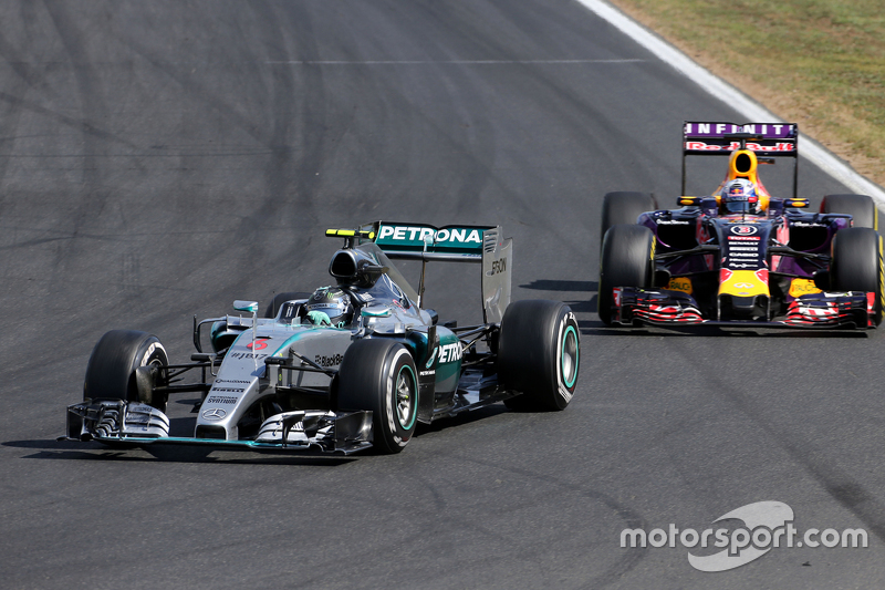 Nico Rosberg, Mercedes AMG F1 Team, dan Daniel Ricciardo, Red Bull Racing