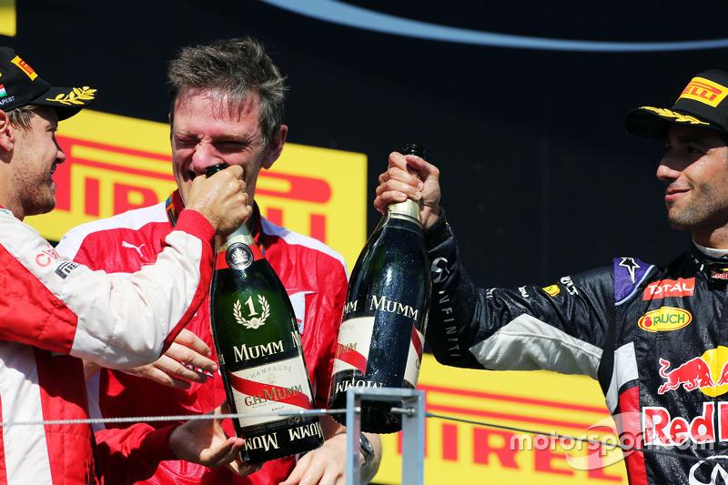 (Kiri ke Kanan): Race winner Sebastian Vettel, Ferrari dan James Allison, Ferrari Chassis Technical