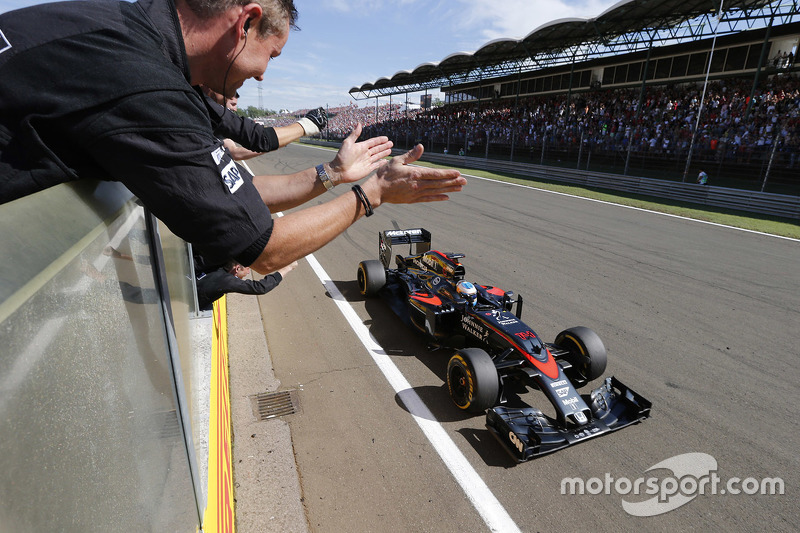 Fernando Alonso, McLaren Honda takes the checkered flag