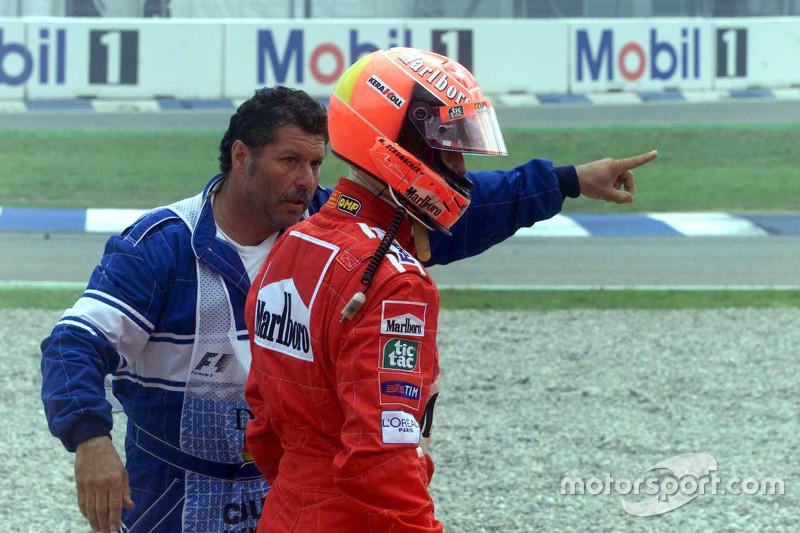 Michael Schumacher, Ferrari vuelve a boxes después de estrellarse en el inicio