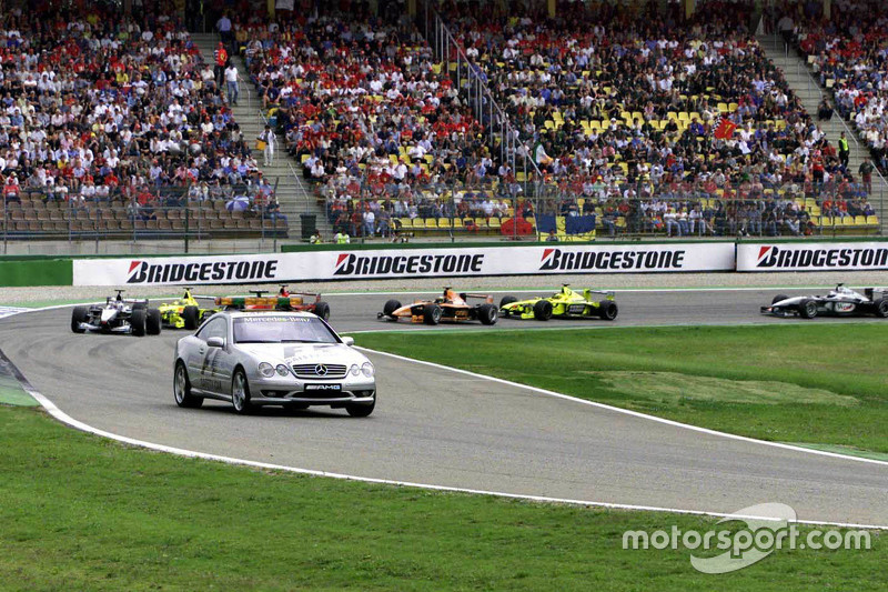 Mika Hakkinen, McLaren aan de leiding achter de safety car