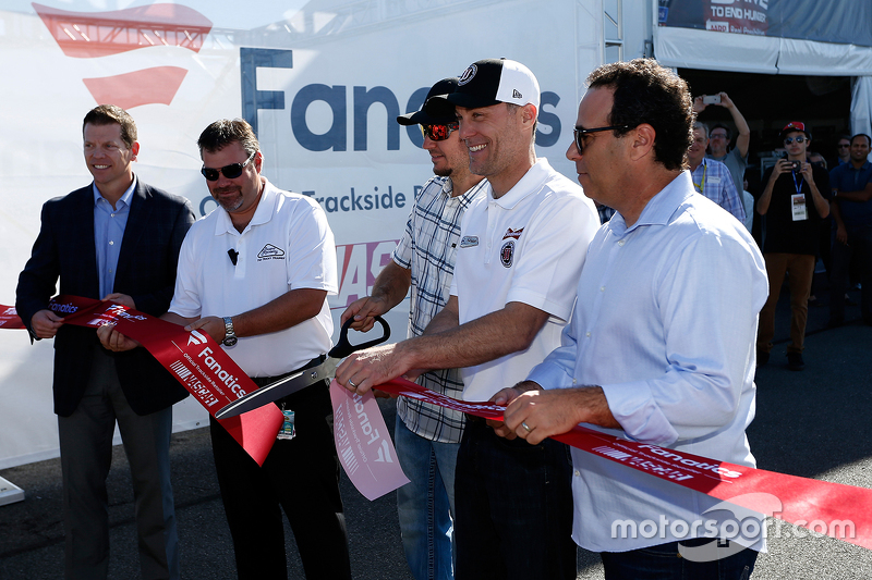 Мартін Труекс мол. та Кевін Харвік cup the ribbon to officially open the NASCAR Trackside Superstore