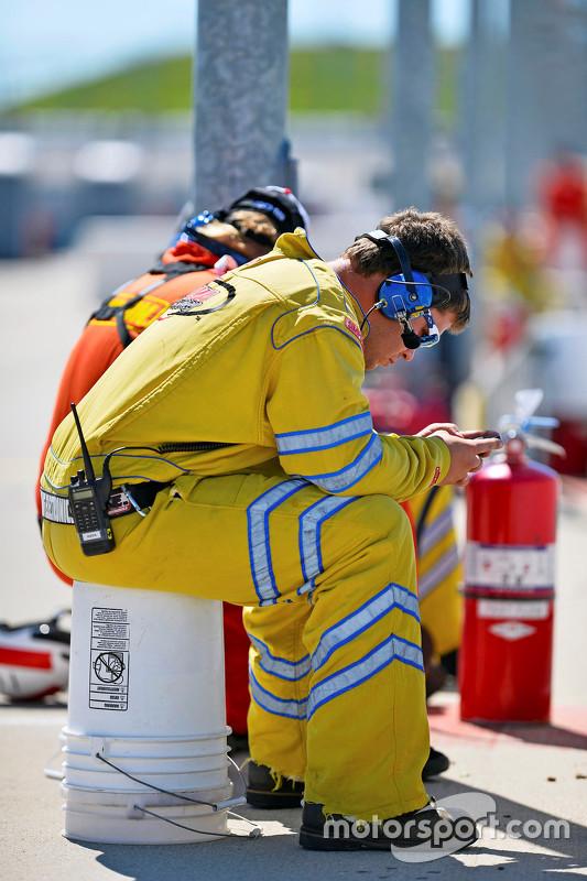 Seorang marshal dengan ponselnya