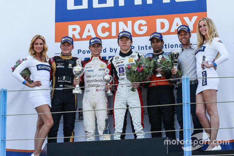 Race two winner: Louis Deletraz, Josef Kaufmann Racing, peringkat kedua Callan O'Keeffe, Fortec Moto