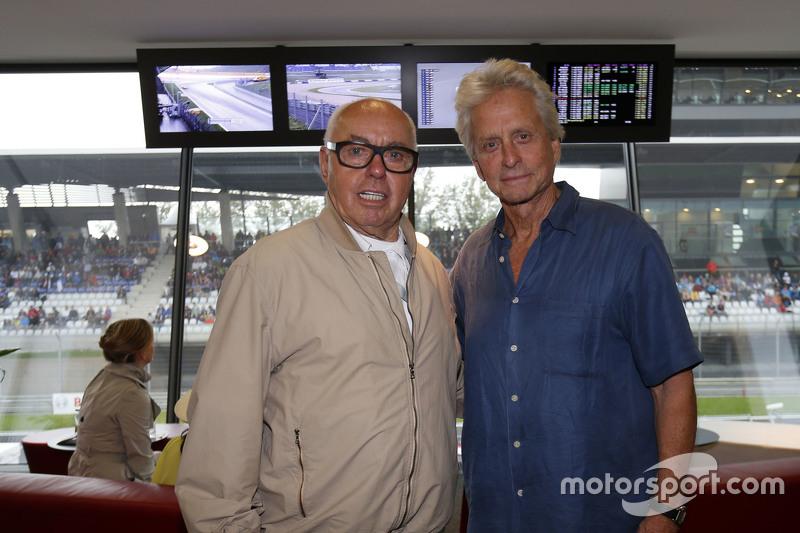 Michael Douglas mit Hans Werner Aufrecht, Gründer von AMG