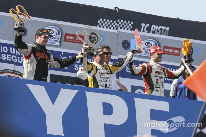 Podium: race winner Omar Martinez, Martinez Competicion Ford, second place Santiago Mangoni, Laborit