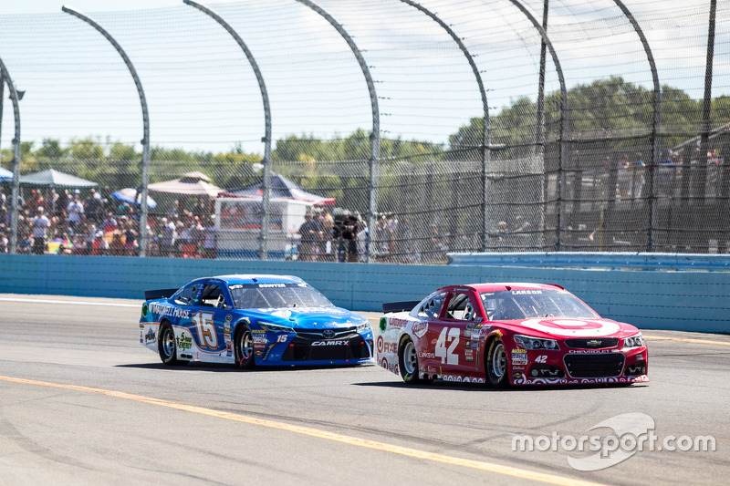 Kyle Larson, Chip Ganassi Racing Chevrolet and Clint Bowyer, Michael Waltrip Racing Toyota