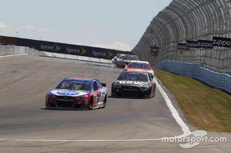 A.J. Allmendinger, JTG Daugherty Racing Chevolet dan Martin Truex Jr, Furniture Row Racing Chevrolet