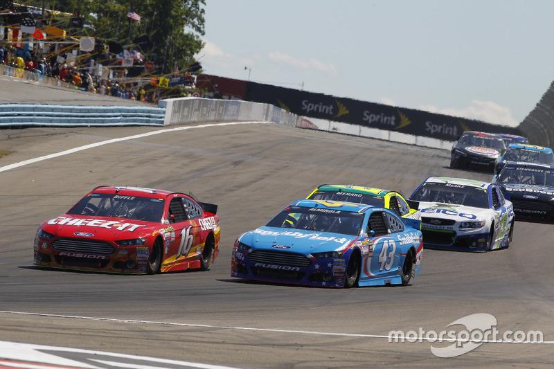 Greg Biffle, Roush Fenway Racing Ford and Aric Almirola, Richard Petty Motorsports Ford