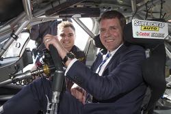 NSW Premier Mike Baird,Tim Slade'in V8 Supercar aracında