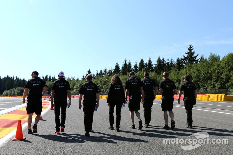 Membros da Lotus F1 Team caminham pela pista