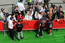 Lewis Hamilton, Mercedes AMG F1 e Daniil Kvyat, Red Bull Racing, conversam com os jornalistas