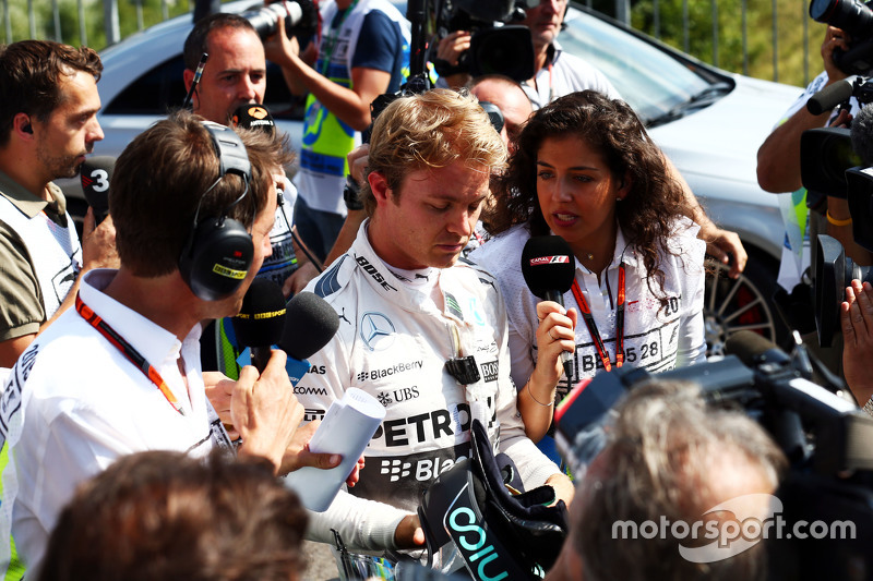 Nico Rosberg, Mercedes AMG F1 bersama the media di second practice session