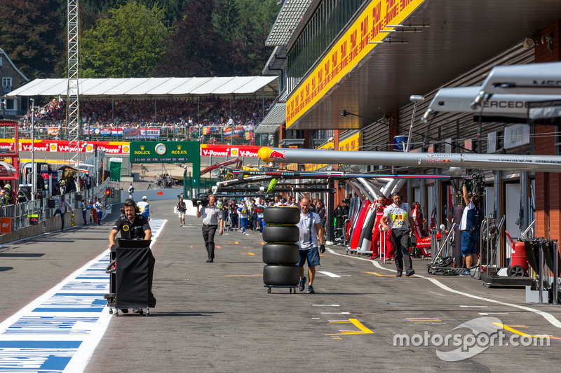Lotus F1 Team, dan Williams mechanics walk down the pit lane